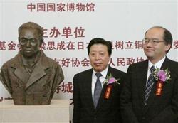 717 北京の国家博物館で行われた故梁思成氏の銅像(左)の披露式典に出席した奈良県の窪田修副知事(右)ら=12日(共同)