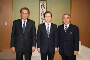 程永華駐日大使が杉田亮毅日本経済新聞社長を表敬訪問