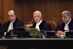 724 22日、オランダ・ハーグの国際司法裁判所で、法廷に座る小和田恒所長(中央)(AP=共同)