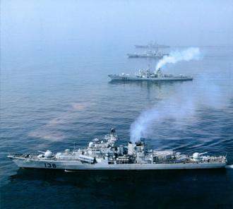 808 資料圖:中國海軍現代級戰艦進行海上作戰演練