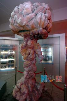 #36825;是原子城核武器研制基地展#35272;#39302;内的原子#24377;爆炸模型