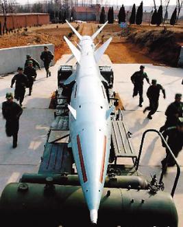 815 中共軍方發言人首度公開表示,在兩岸軍事互信機制下,連撤飛彈都可以談。圖為中新社公布共軍飛彈演練照片。