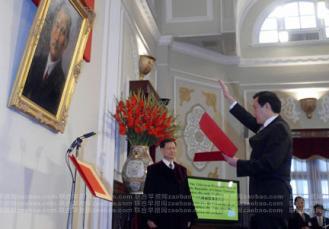 821 5月20日上午9:00,台湾新#24635;#32479;就#32844;#20202;式在台北#20030;行。#39532;英九向着#23385;中山像#20030;起右手,宣誓就任#24635;#32479;