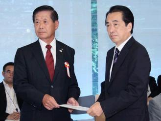 829 佐藤座長から報告書の手交を受ける菅総理の写真