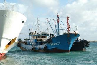 908 8日夕、巡視船に伴走され、沖縄県石垣市の石垣港に到着した