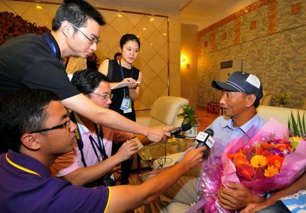 9月25日,其雄(右)抵達福州後接受採訪。當日4時,被日方非法抓扣的中國漁船船長其雄乘中國政府包機安全返抵福州。新華社