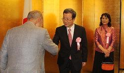 929 国建国61周年記念レセプションの来場者を迎える程永華駐日中国大使(中央)=東京都内のホテルで2010年9月29日午後5時53分、長谷川直亮撮
