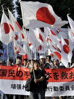 日本民族主義團體今天(2日)在東京集遊示威,抗議日本在與中國的海上撞船紛爭中遭逢「外交挫敗」。(AFP)