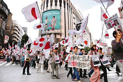中評社 日本右翼組織在日本多個城市發起反華示威遊行。圖為東京的遊行隊伍經過#28041;谷街頭。