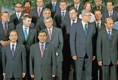 1013 4日、ブリュッセルでのASEM首脳会議で記念写真に納まる各国首脳。中国の温家宝首相は前列左端、菅首相は後列右端に=ロイター・共同