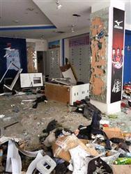 反日デモで破壊されたミズノの販売店の内部=17日、中国陝西省西安(共同)