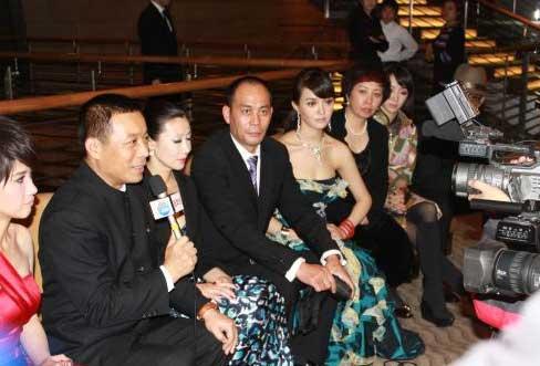 1024 中國代表團團長、廣播電視總局電影局副局長江平(左二)昨天在東京一家酒店宣布中國代表團抵制東京電影節的決定