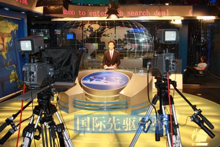 1030 CNC將完全按照國際新聞傳播規律來取舍新聞,並淡化國籍和國界色彩。圖為CNC的演播室現場。本報資料圖