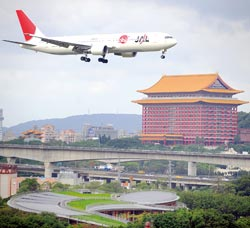 1103 台北松山與日本羽田對飛航線31日開航,上午十點四十分,第一班從羽田機場飛來的日航班機,正