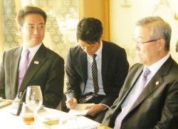 韓国の金星煥外交通商相(右)と握手する民主党の前原政調会長=10日、ソウル市内のホテル(代表撮影