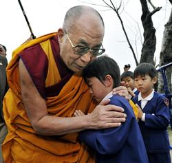 t慰霊法要のため西光寺を訪れ、出迎えた幼稚園児を抱き締めるダライ・ラマ14世=5日午前、宮城県石巻市rd11110512550005-n1