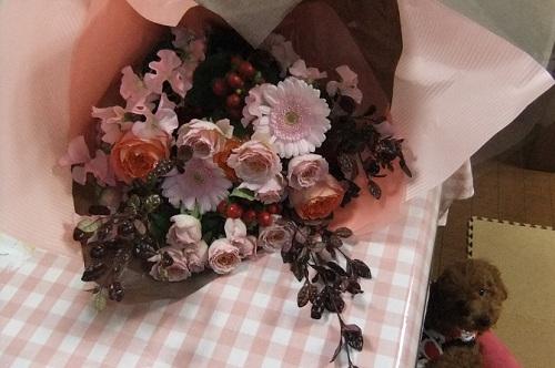 花束とハチくん