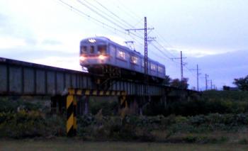 夜間瀬川鉄橋を渡る普通列車(24.10.28)