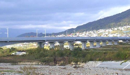夜間瀬川を渡る新幹線鉄橋(24.11.5)