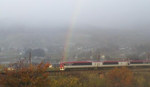 虹のアーチをくぐるスノーモンキー号(24.11.18)