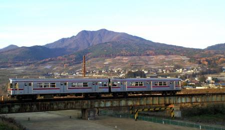 高社山と普通列車(24.11.22)