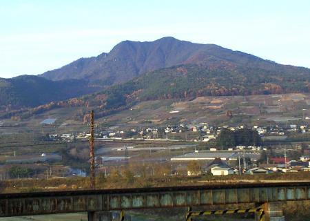 高社山と夜間瀬川鉄橋(24.11.22)