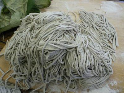 切り終わった麺とオヤマボクチの葉(24.11.26)