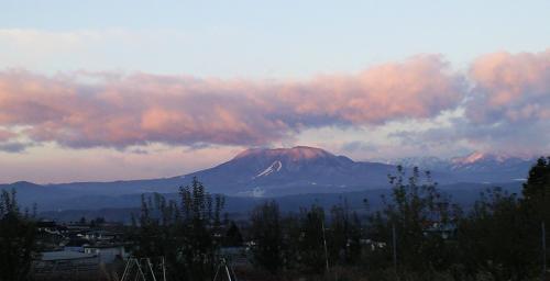朝日を浴びる飯綱山(24.12.5)