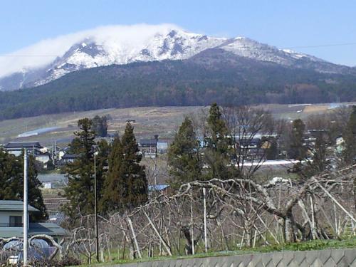 高社山はまだ残雪(24.4.18)