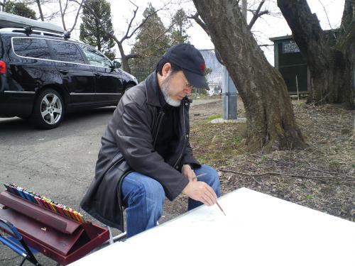 区民会館前の白山のしだれ桜を描く中島千波画伯(24.4.20)