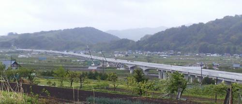 中野市を横切る北陸新幹線(24.5.14)