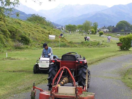 草刈り機でマレットゴルフ場整備(24.5.13)