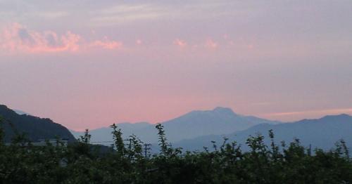 夕焼けの妙高山(24.5.28)