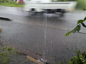 大雨で家路を急ぐ軽トラ(24.7.7)