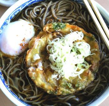 大盛りかき揚げ天ぷらそば温泉卵のせ(24.9.13)