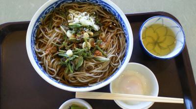 今日の昼飯 山菜そば大盛り温泉卵付(24.9.27)
