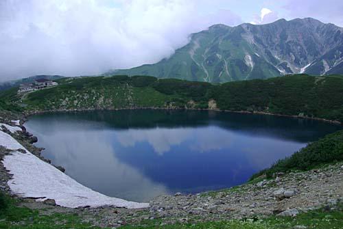 雄山 青空と雲を映すみくりが池