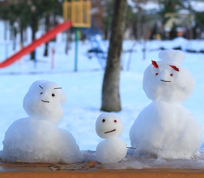 公園で見かけた雪だるまの親子