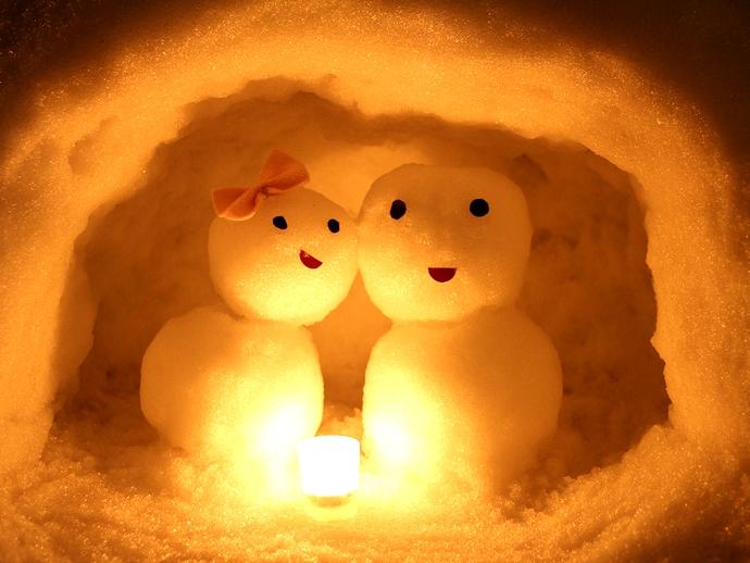 かまくらの中の雪だるまカップル