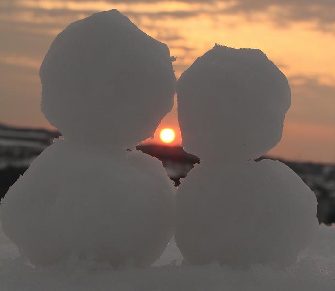 夕日と雪だるま