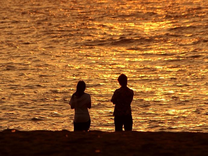 夕日で輝く海 白山市徳光海岸にて