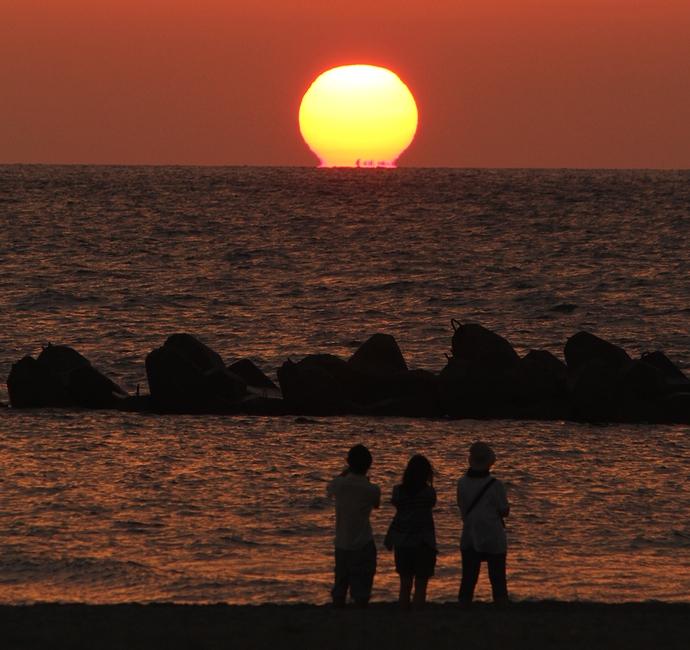日本海に沈むだるま夕日(白山市徳光海岸にて)