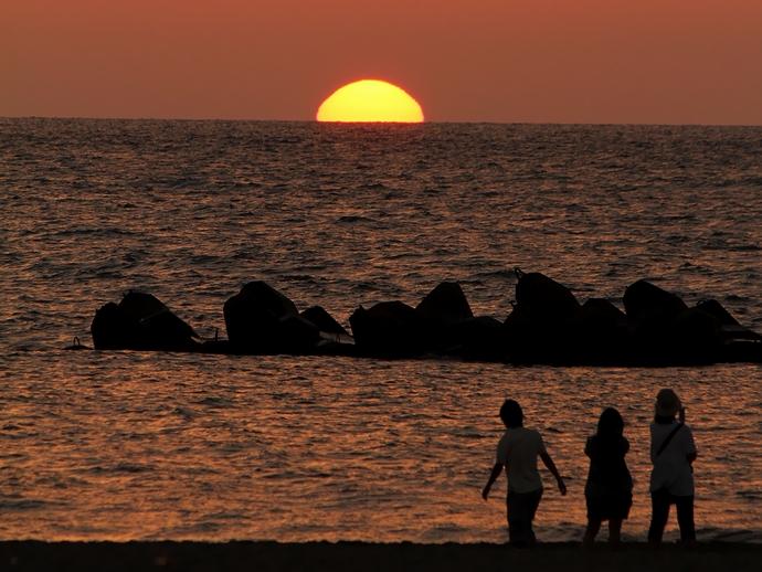 水平線に沈む夕日 白山市徳光海岸にて