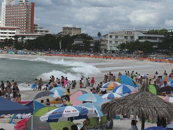 波が高くて遊泳禁止エリアも 南紀白浜の白良浜にて