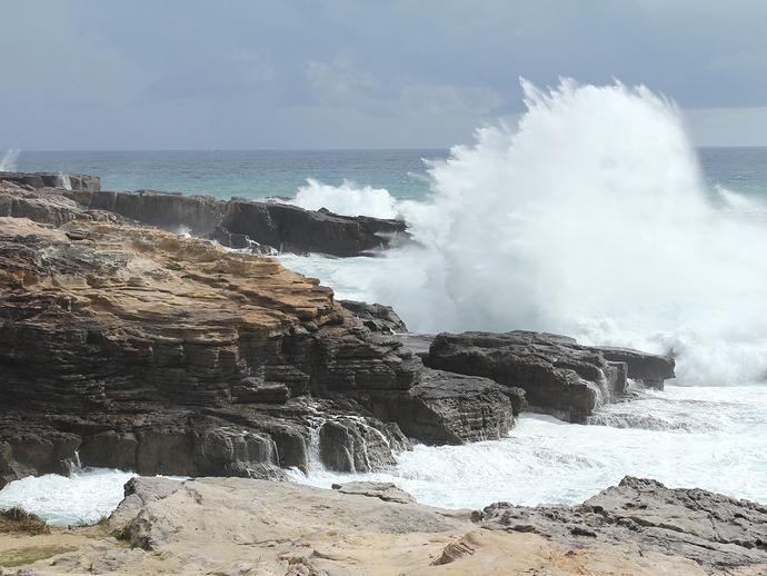 南紀白浜の千畳敷に打ち寄せる荒波