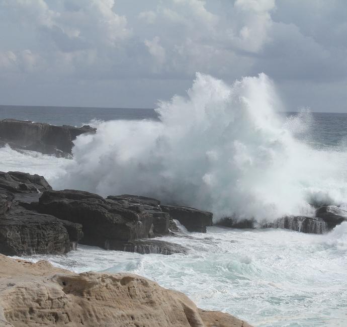 南紀白浜 高波が砕ける千畳敷