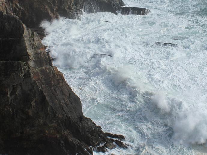 三段壁に打ち寄せる荒波