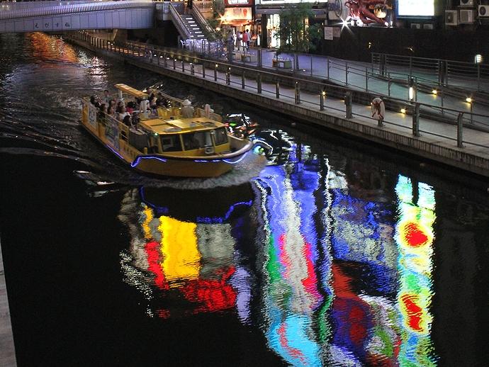 大阪・道頓堀の夜景 遊覧船とともに