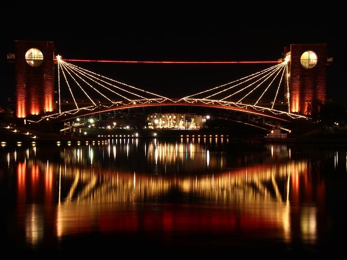 富山・環水公園 ライトアップされた天門橋