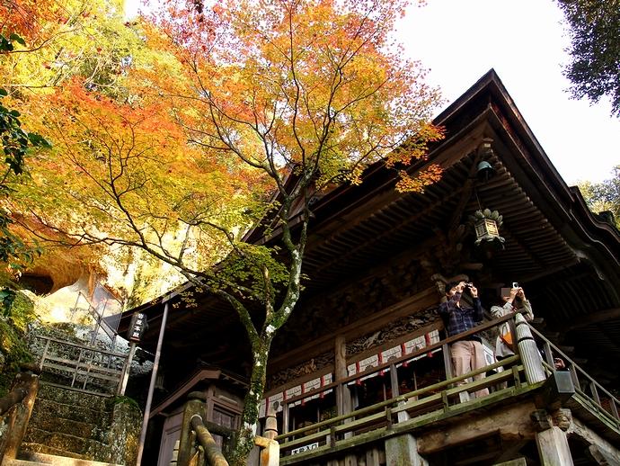那谷寺の本殿 色づくモミジと